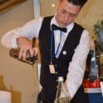 I ragazzi si cimentano nella preparazione dei cocktail per la sezione Bar